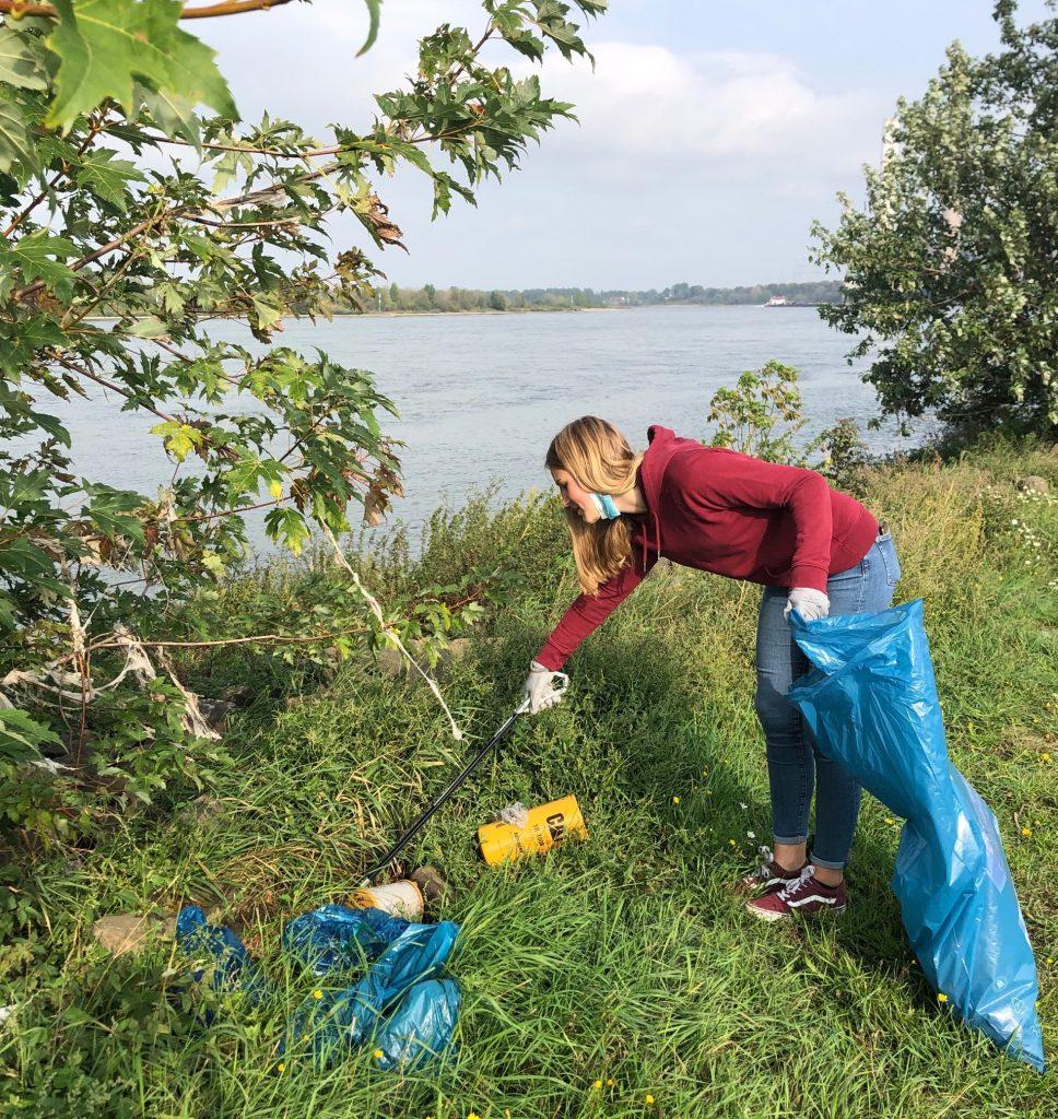 Schülerin des THG beim Müllaufsammeln am Rhein